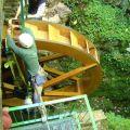 Fixer la roue au rail mis en place sous la voûte
